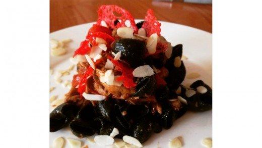 preview della video ricetta: conchiglie alla spirulina con sgombro e pomodorini